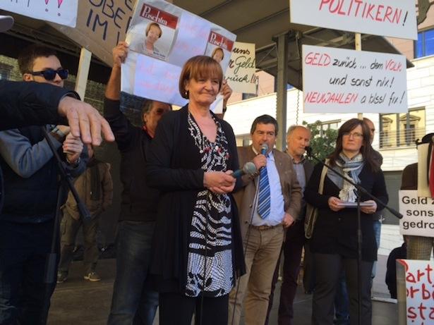Landesrätin Martha Stocker stellt sich den Demonstranten