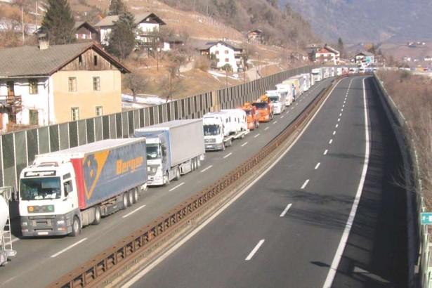 lkw-Lastwagen-Stau-b2