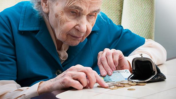 Rentnerin Alte Frau zählt ihr Geld