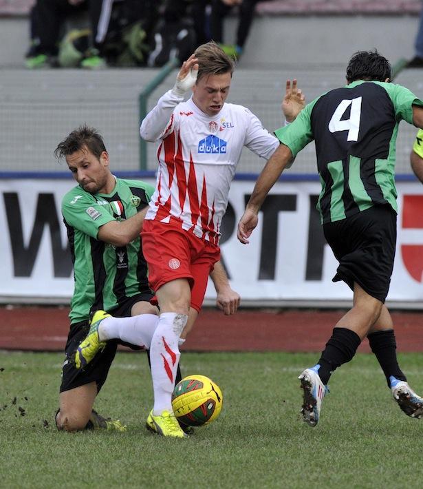 Manuel Fischnaller beißt sich gegen zwei Gegenspieler durch (Archivbild)