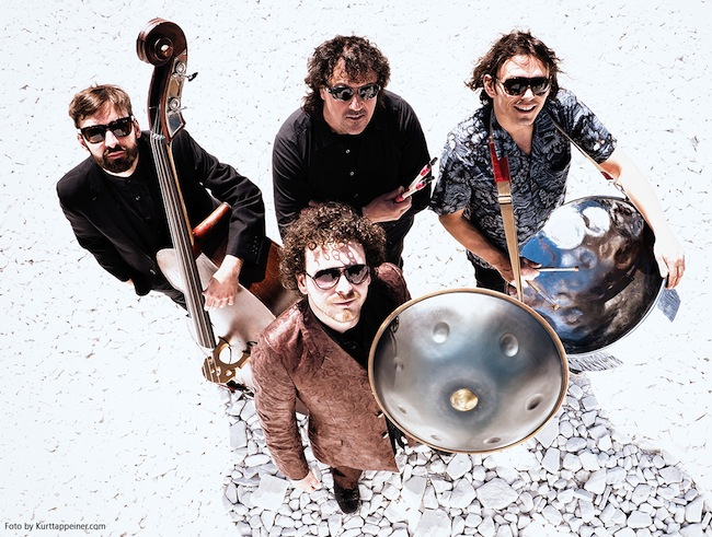 JEMM Music Projekt: Ausgehöhlte Baumstämme werden unter ihren Händen zu imposanten Basstrommeln.
