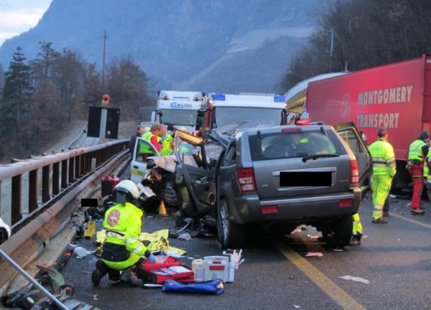 Der Unfall auf der Autobahn (Foto: Berufsfeuerwehr Bozen)
