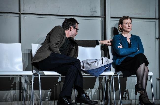 Ulrich Mattes und Dagmar Manzel: Sie verharrt in ihrer Trauer. Er versucht, darüber hinwegzukommen. (Foto: Arno Declair)