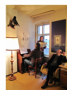 Michael Lösch am Harmonium, Heribert Haider mit Noten, Dietmar Gamper: In Sachen Überwachung war Metternich im Vergleich zur heutigen Zeit ein Waisenknabe.