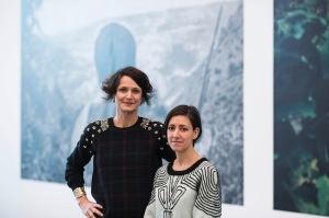 """Rossella Biscotti und die Direktorin des Museion Letizia Ragaglia: Ich versuche, nicht nur mit den Dokumenten zu arbeiten, sondern mich selbst in die Geschichte """"einzuschreiben""""."""