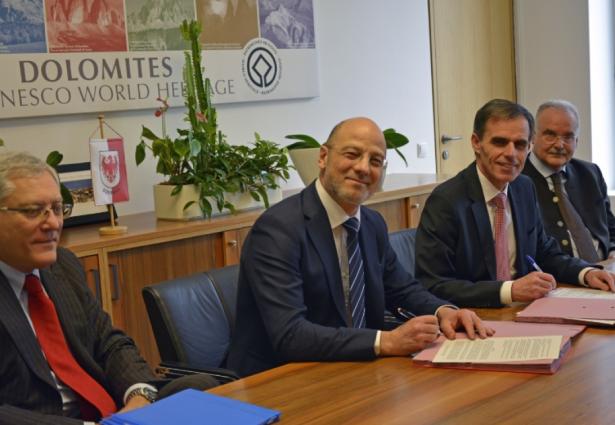 Stefano Lorenzini und Adel Motawi von TERNA, LR Theiner und SELNET-Präsident Giorgio Carnielli (Foto LPA)