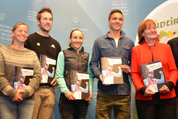 Denise Carbon, Patrick Pigneter, Eva Lechner und Hannes Fink mit LRin Martha Stocker  (Foto: Lpa/Rabanser)