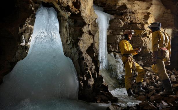 Das Forschungsteam bespricht den Einfluss der niedrigen Temperaturen auf die Bildung von Höhlensinter während des Hochglazials (Sieben Hengste, Schweiz). Foto: R. Shone
