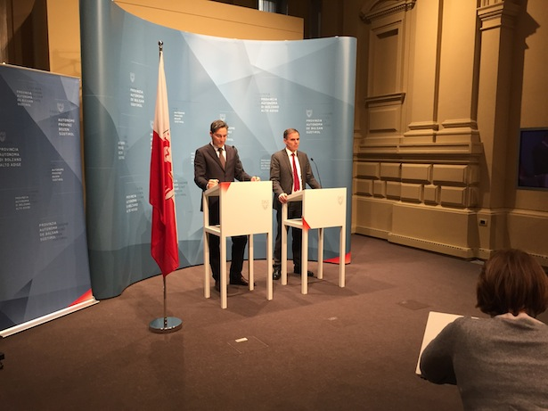 Arno Kompatscher und Richard Theiner auf der PK der Landesregierung