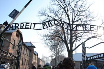 """KZ-Auschwitz: Die Landesräte Philipp Achammer und Christian Tommasini nehmen an """"Reise der Erinnerung"""" teil (Foto: LPA/Archiv)"""