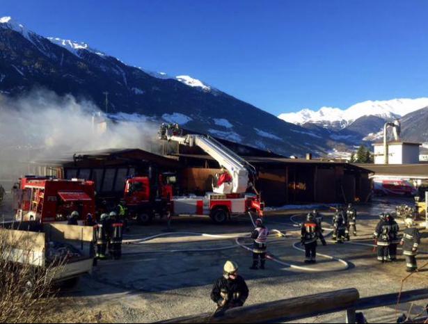 Der Brand in Eyrs (Fotos: Twitter/RAI Südtirol)