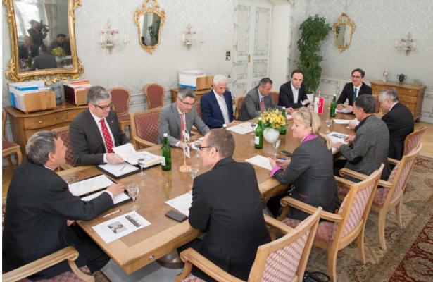 Das Treffen der beiden Regierungen in Chur (Foto: Lpa)