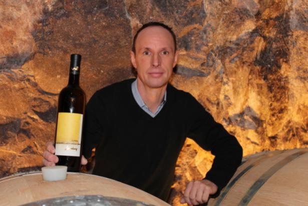 Kellermeister Urban Piccolruaz mit seinem neuen Wein