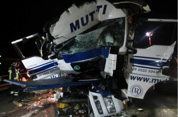 Der Unfall auf der Autobahn (Fotos: Berufsfeuerwehr Bozen)