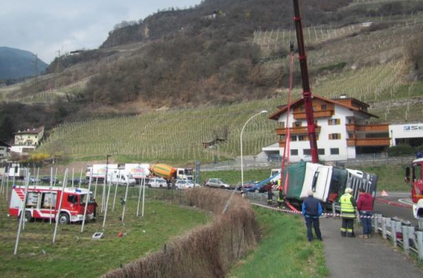 Der umgestürzte LKW (Fotos: Berufsfeuerwehr Bozen)