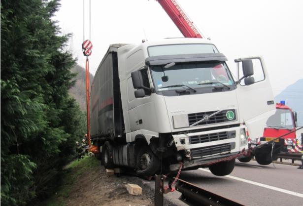 Der Unfall-LKW (Foto: Berufsfeuerwehr)