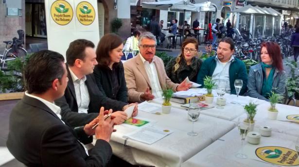 Die Vorstellung der Liste (v.l.n.r.) Abdelmoteleb Ban,  Martin Fink, Claudia Held, Rudi Benedikter, Chiara Mariani, Thomas Brachetti, Sonja Abrate