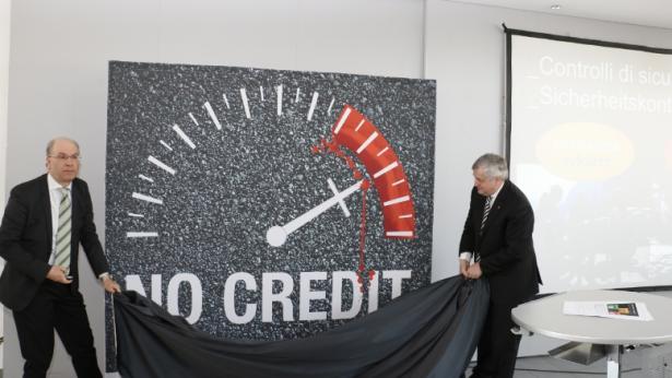 Ressortchef Pagani und LR Mussner enthüllten das neue Motiv für die Kampagne (Fotos: LPA/Clara)