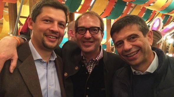 Daniel Alfreider und Maurizio Lupi (links) auf dem Oktoberfest (Foto: Kronbichler/Facebook)