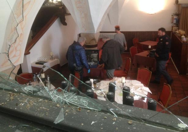 Die eingeschlagene Scheibe des Restaurants (Foto: goinfo.it)