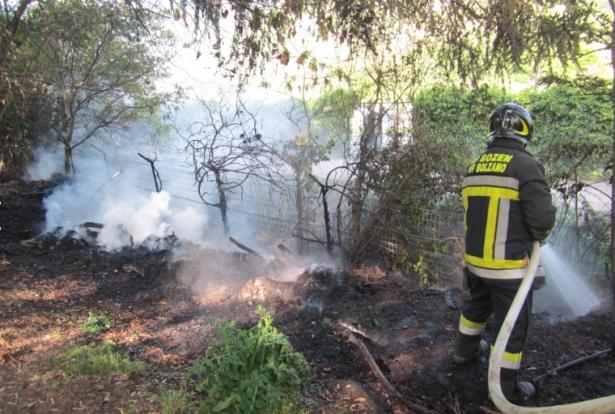 Der Brand auf den Talferwiesen (Fotos: Berufsfeuerwehr Bozen)