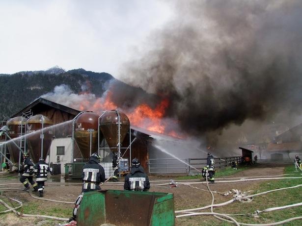 Der Brand in Mauls (Fotos: FF Sterzing)