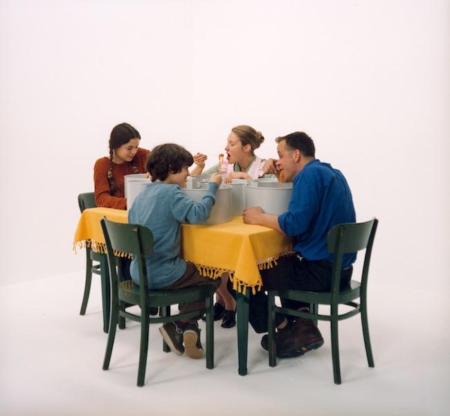 Wolfgang Stehle, Maccaron, 1998 (video frame): Spaghetti essen ohne Kleckern.