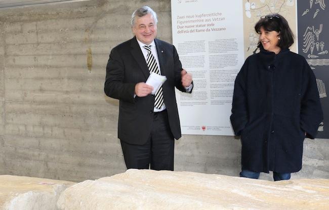 LR Mussner und die Archäologin Marzoli bei der Präsentation der bedeutenden Funde (FOTO:LPA/Angelika Schrott)