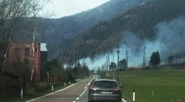 Die Rauchschwaden in Mauls (Foto: Facebook/Feuerwehren in Südtirol)