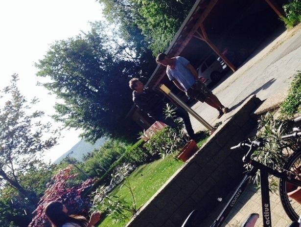 Konrad Mitterrutzner (und ein Carabinieri-Beamter) im Versteck in der Slowakei