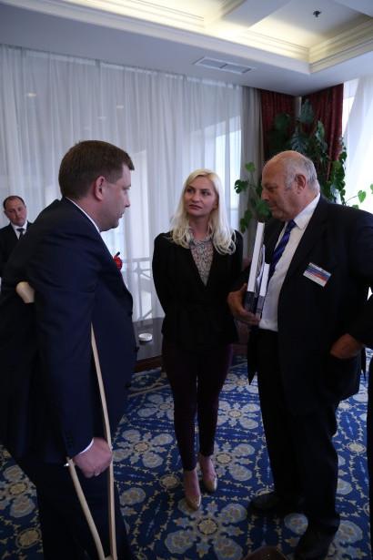 Luis Durnwalder mit Begleitung beim Präsidenten Zakarshenko