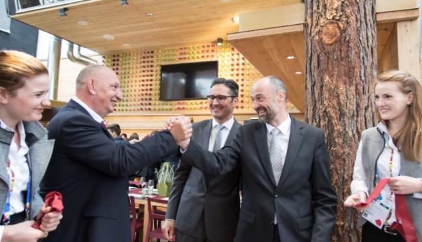 LH Arno Kompatscher (Bildmitte) mit Expo-Südtirol Koordinator Manfred Schweigkofler (2. von links) und EOS-Direktor Hansjörg Prast (2. von rechts). Foto: LPA/ohn.