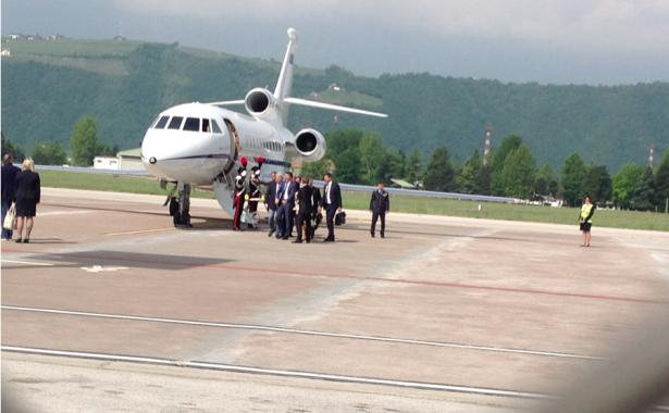 Premier Renzi bei seiner Ankunft auf dem Bozner Flughafen