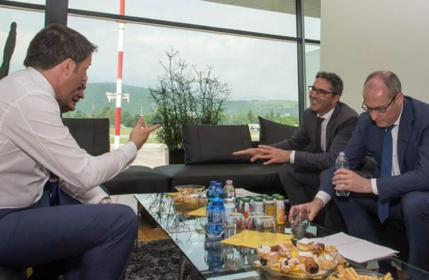 Premier Renzi mit den Landeshauptleuten am Flughafen