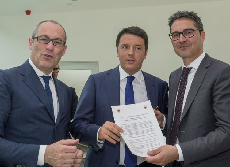"""Rossi und Kompatscher übergeben dem Premier die """"Agenda"""" (Foto: Lpa)"""