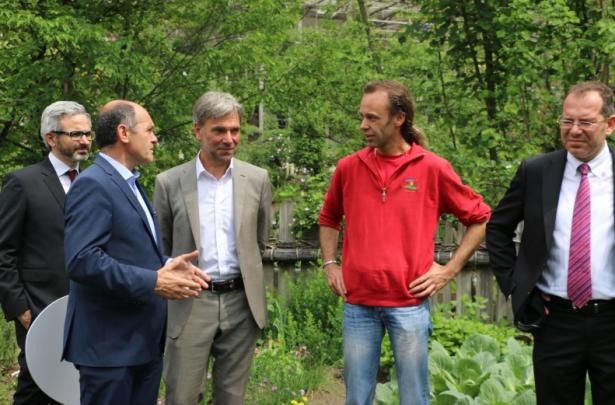 Laimburg-Direktor Oberhuber, LH-Stellvertreter Sobotka, Landesrat Schuler, Obergärtner Oliver Urlandt, Gärten-Direktor Pertoll.