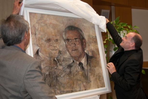 Der Künstler und der Bischof enthüllen das Porträt