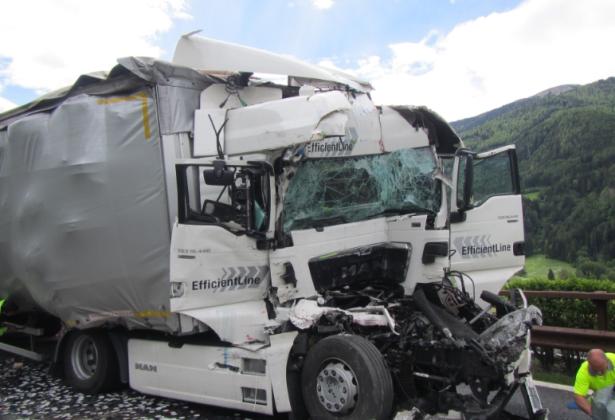 Der Unfall auf der Autobahn (Foto: Berufsfeuerwehr)