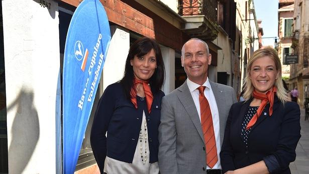 Die Mitarbeiter der neuen Volksbank-Filiale in Venedig (v.l.n.r.): Angelica Ronchin, Filialleiter Nicola Taddeo und Alice Costantini.