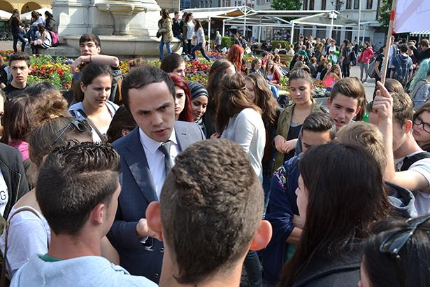 Landesrat Philipp Achammer spricht mit SchülerInnen auf dem Waltherplatz