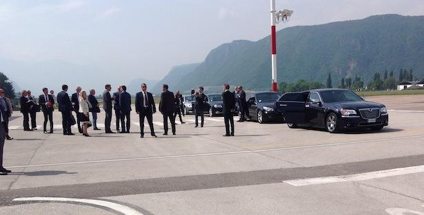 Matteo Renzi spricht mit LH Kompatscher auf der Landebahn des Bozner Flughafens