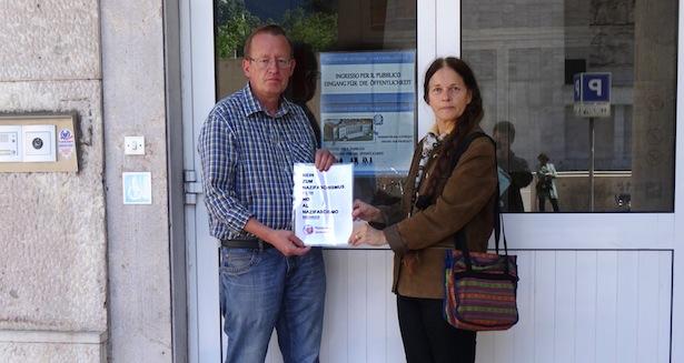Roland Lang und Eva Klotz am Eingang des Landesgerichts in Bozen