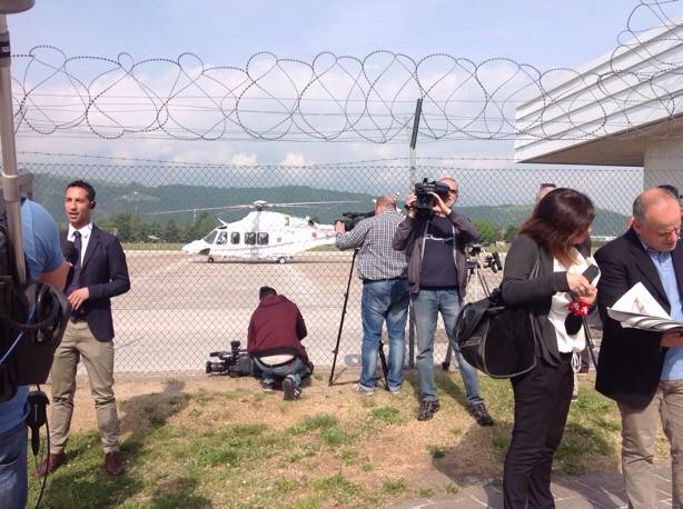 Die wartenden Medienvertreter, im Hintergrund der Hubschrauber des Premiere