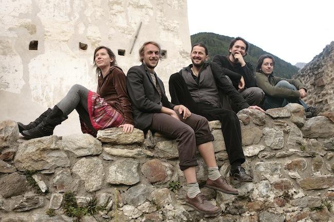 Opas Dirndl: Unkonventionelle Musik, die aus traditioneller Volksmusik neue Muster quer durch alle Genres entwickelt