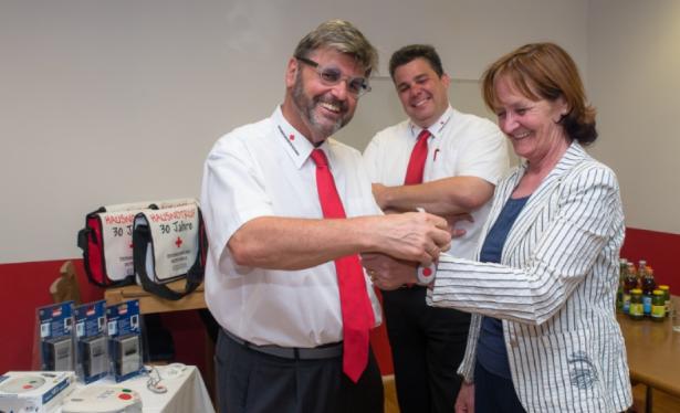 Landesrätin Stocker konnte bei ihrem Besuch in der Hausnotrufzentrale in Innsbruck das Armband mit einem Notrufsender ausprobieren.