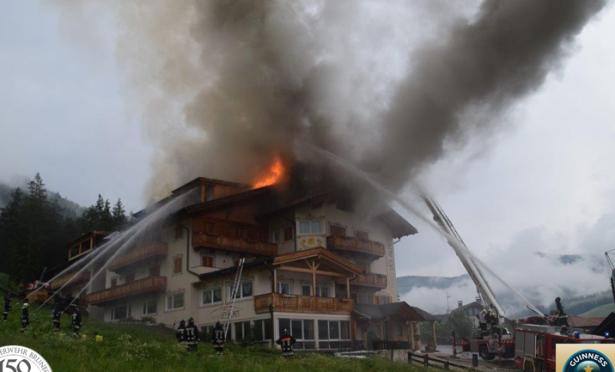 Der Hotelbrand in St. Vigil (Fotos: FF Bruneck)