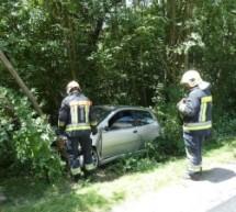 Mit Auto gegen Baum