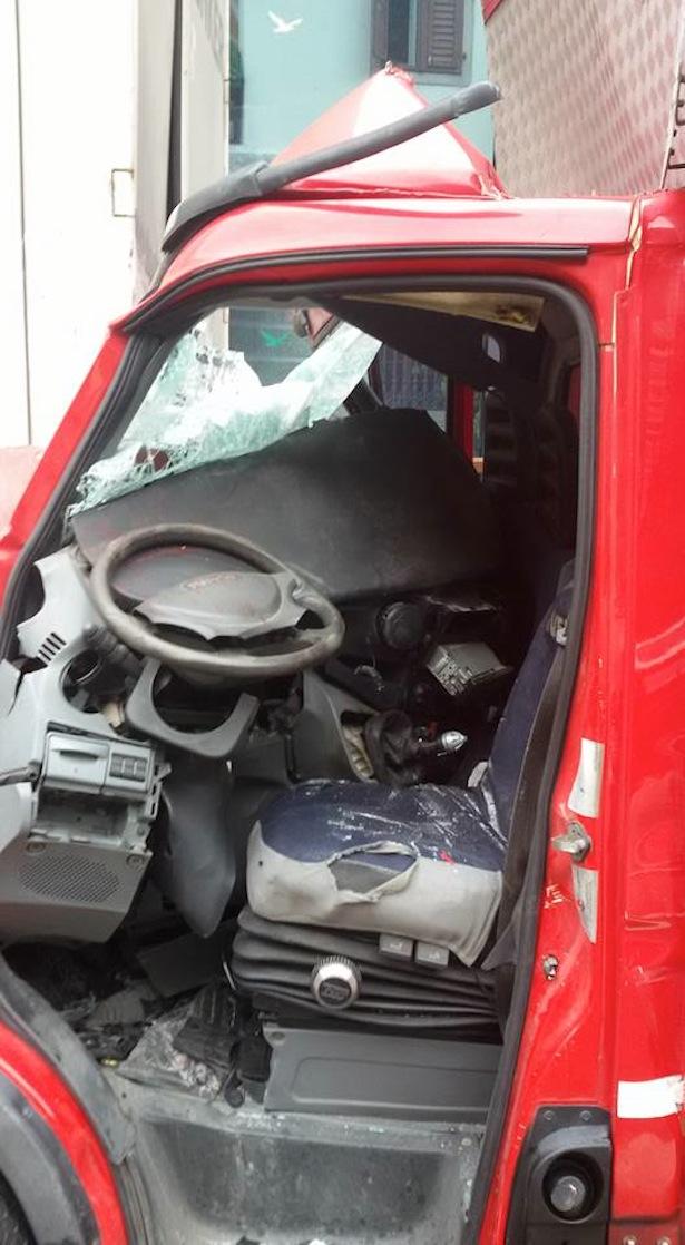 Der Fahrer wurde beim Aufprall eingeklemmt. (Foto: FF Klausen)