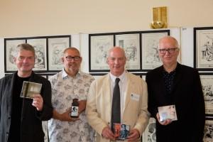 """Die Jury des Toblacher Komponierhäuschen 2015"""" (v.l.) Thomas Schulz, Rémy Franck, Lothar Brandt und Attila Csampai: Wir wollen hier nicht definitiv Schluss machen, aber uns allen eine längere Auszeit gönnen, und damit von uns aus eine klares Zeichen unserer Besorgnis setzen. Andernfalls hätten wir unsere Wertmaßstäbe als unabhängige Musikkritiker stark absenken müssen. (Foto: Max Verdoes)"""