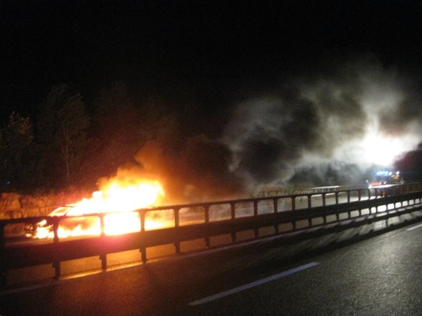 Das brennende Auto (Fotos: FF Neumarkt)